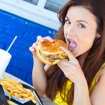 th_woman-eating-fast-food-burger