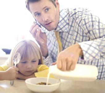 th_busy_father_preparing_his_daughters_breakfast_42-16520093
