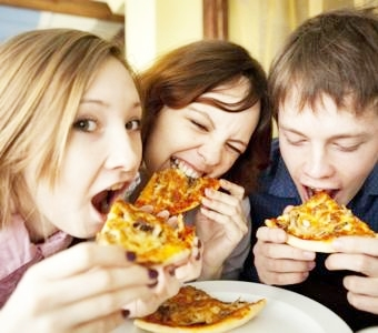th_teenagers-with-pizza-752x501